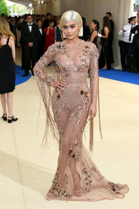 Kylie Jenner 2017 vestido crema