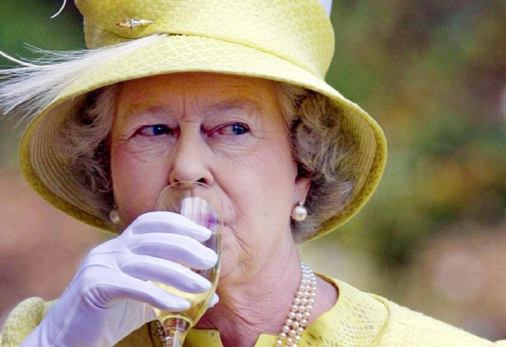 Mujer anciana reina con sombrero amarillo