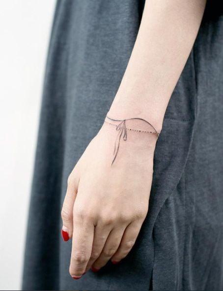 tatuaje de brazalete delicado