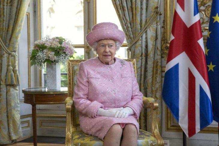 Mujer anciana reina con sombrero rosa