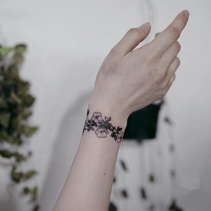 25 Tatuajes de brazalete para una bonita joyera permanente