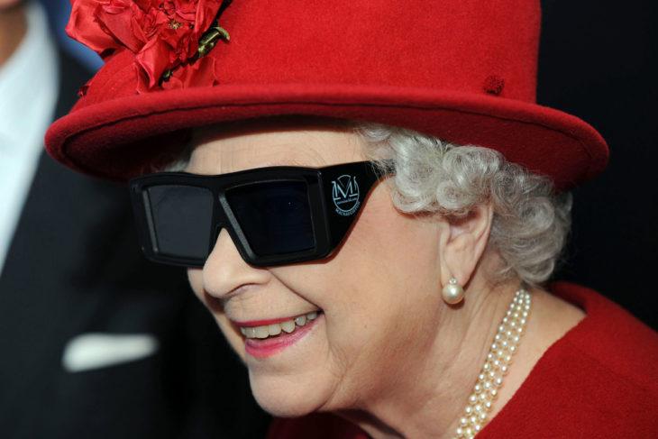 Mujer anciana reina con sombrero rojo