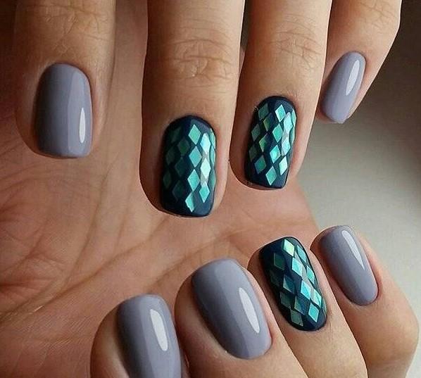 diseño de uñas color gris con cuadros