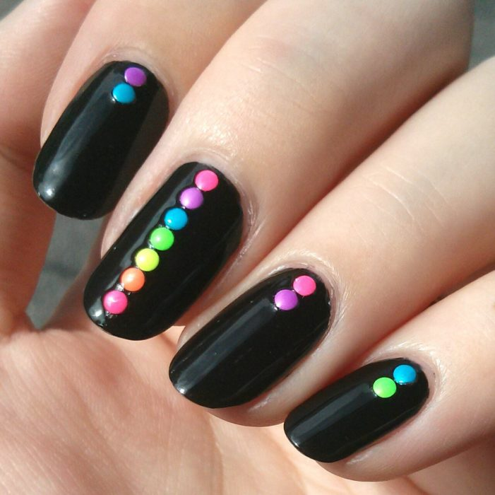 diseño de uñas color negro con puntos