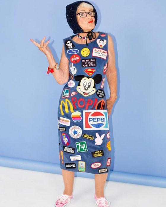 Baddie winkle posando para el calendario de la revista galore