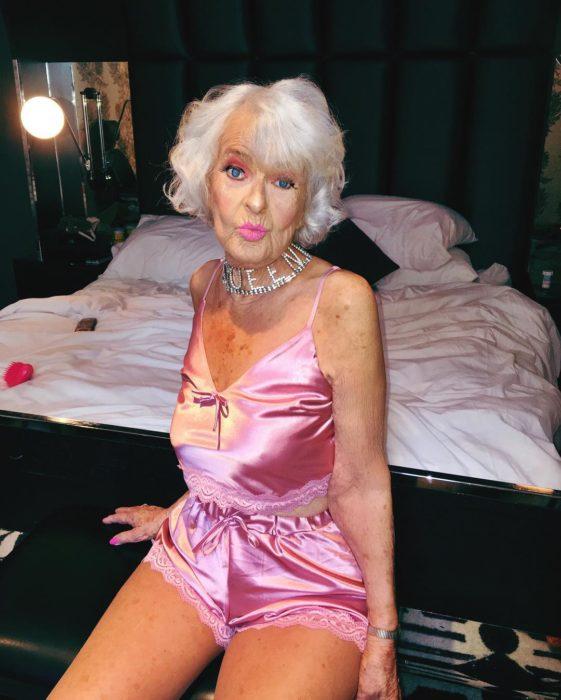 Baddie winkle usando una pijama rosa de satín