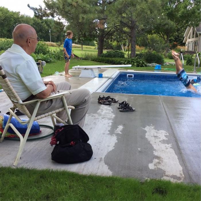 señora sentado viendo una piscina