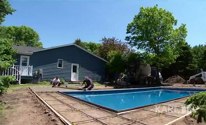 hombres construyendo una piscina