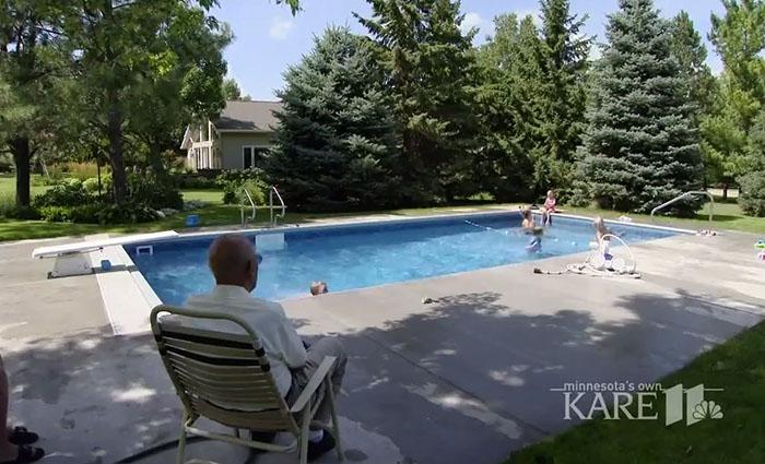 señor viendo a niños jugar en la piscina