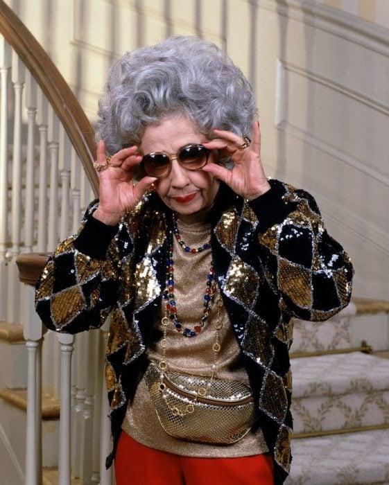 abuela quitándose los lentes