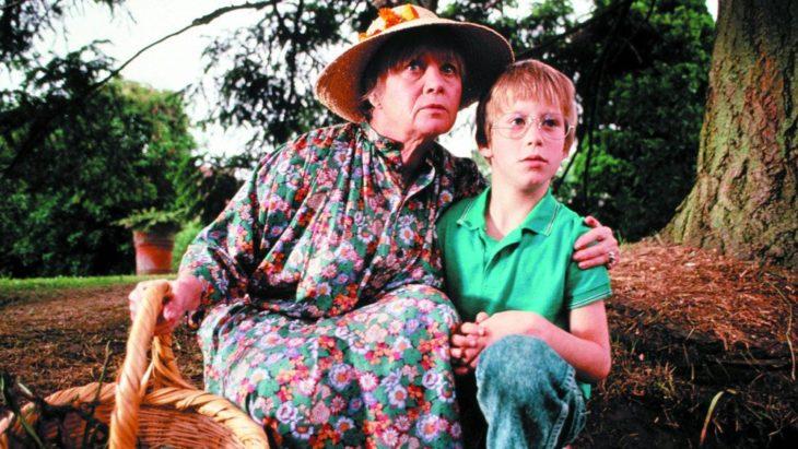 abuela con su nieto en el campo