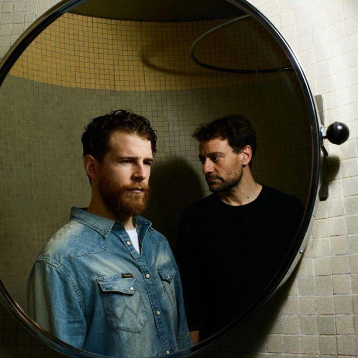 chicos reflejados en el espejo
