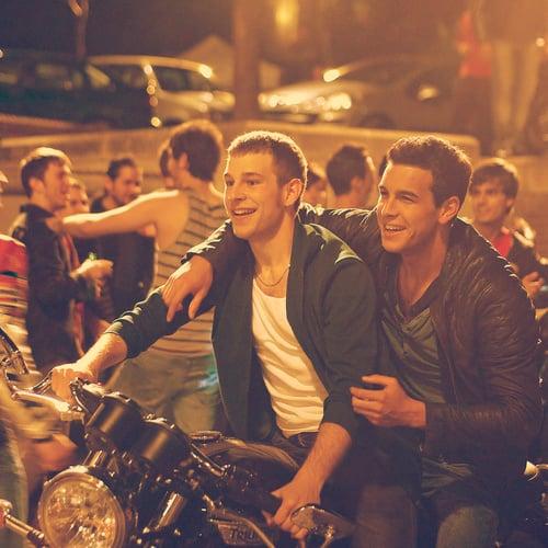 chicos sobre una motocicleta