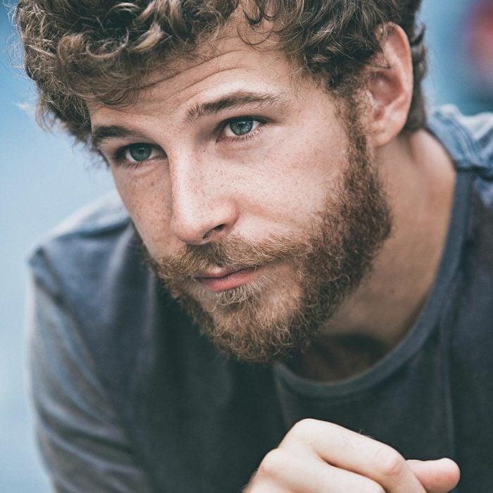 chico rubio con barba mirando fijamente