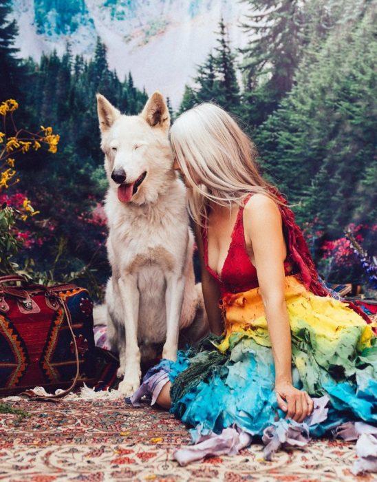 Chica usando vestido de colores