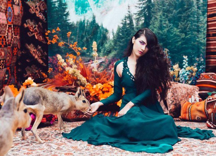 chica con vestido color esmeralda