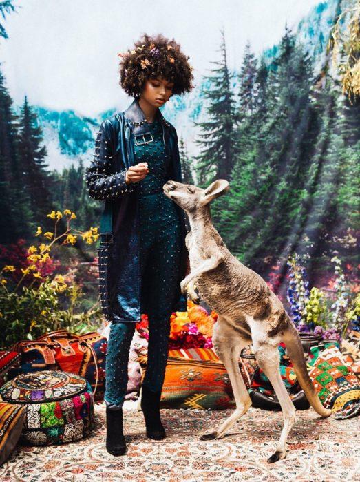 chica parada junto a un canguro