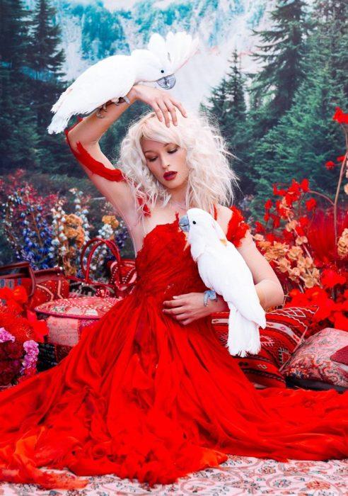chica usando vestido rojo