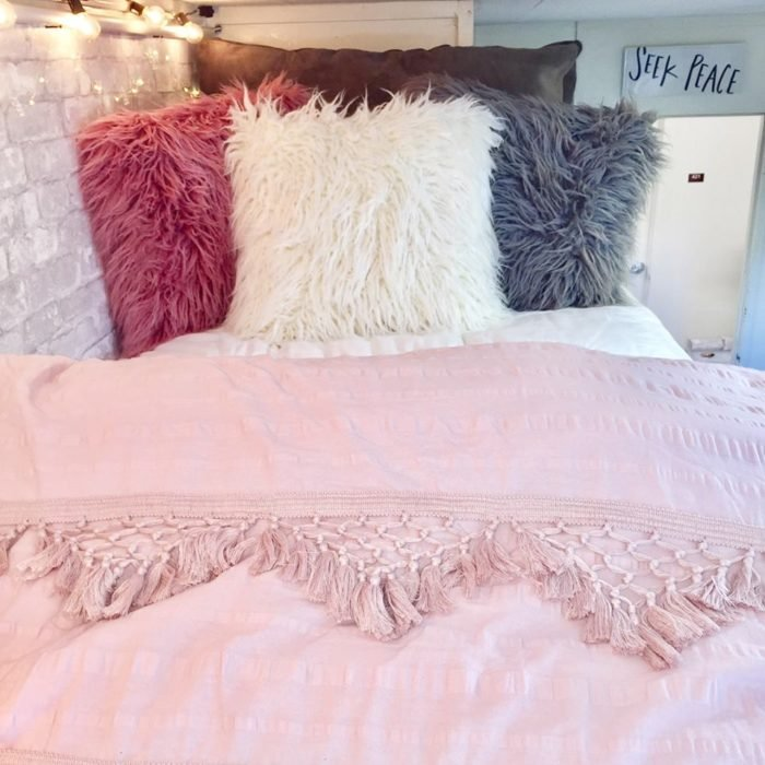 Decoración de un dormitorio en tonos rosas blancos y platas