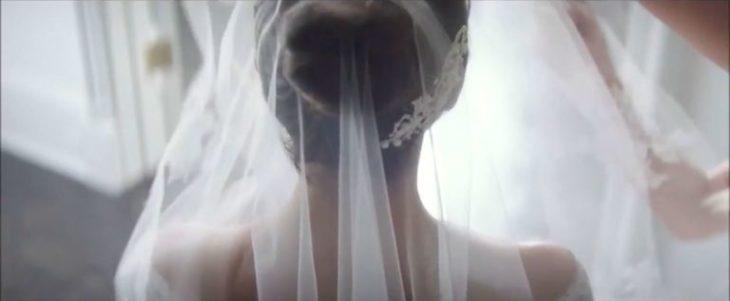 Chica de espaldas con vestido de novia