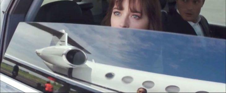 chica mirando por la ventana del auto