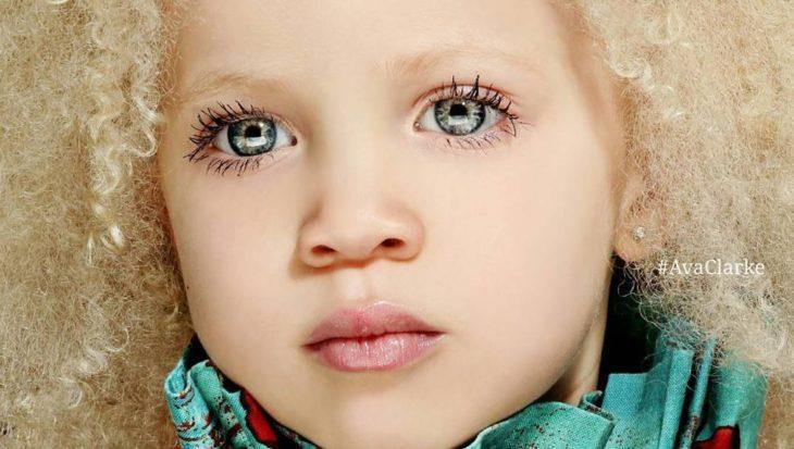 niña con ojos de color azul