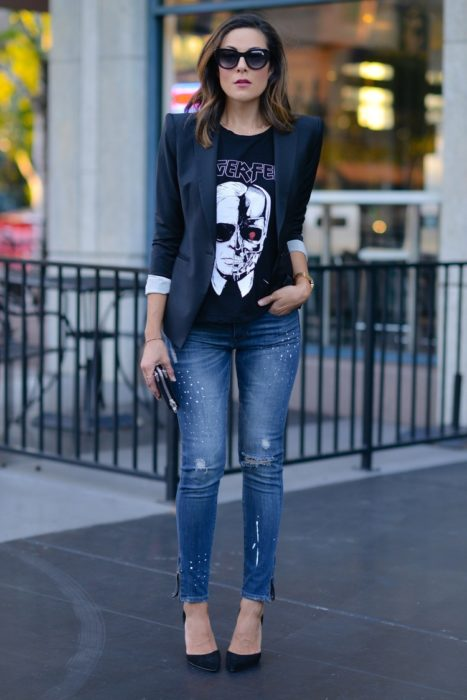 Chica usando una blusa en color negro con estampados de Terminator