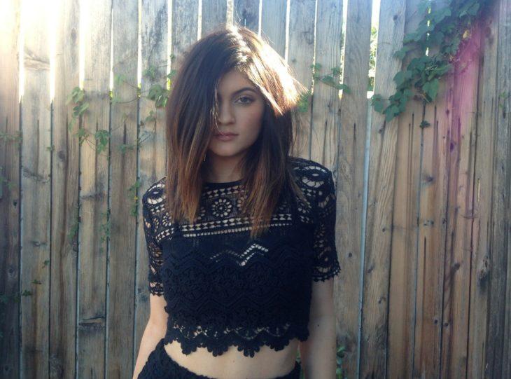 Chica usando una blusa en color negro con tejidos de crochet