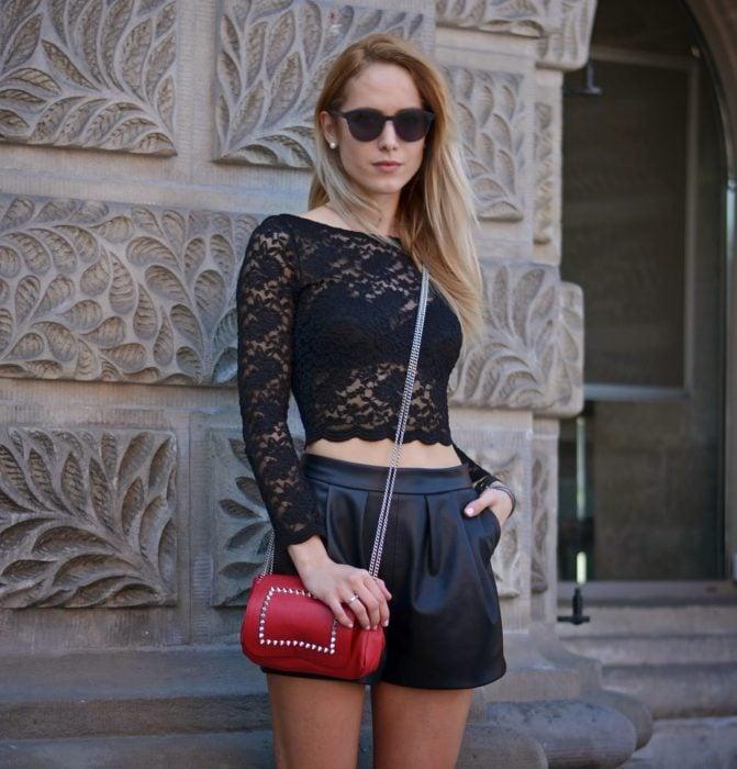 Chica usando una blusa en color negro tejida de crochet