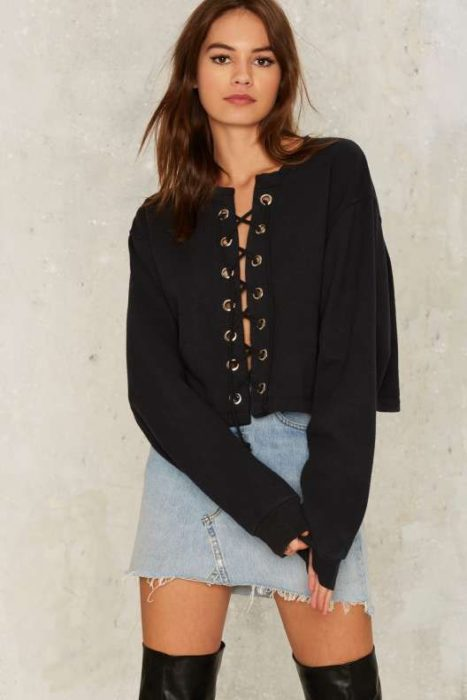 Chica usando una blusa en color negro de manga larga y con cintas al frente