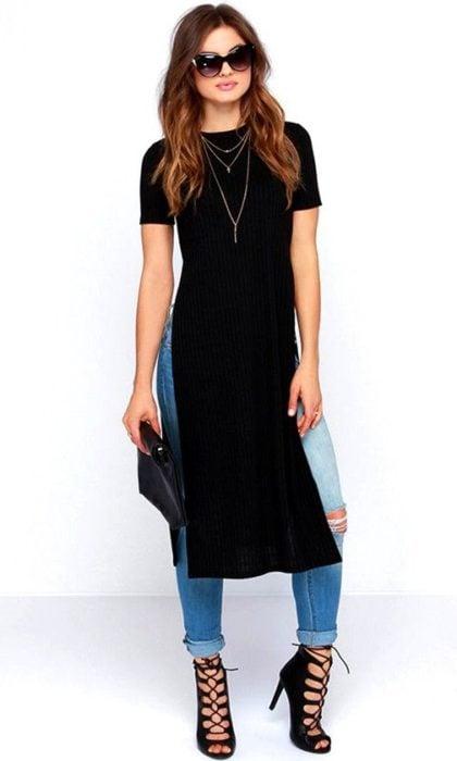 Chica usando una blusa en color negro estilo blusón