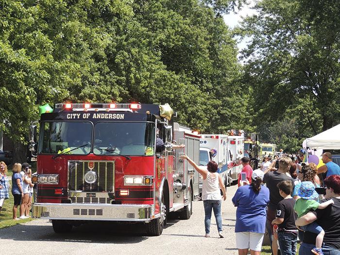 camiones de bomberos desfilando