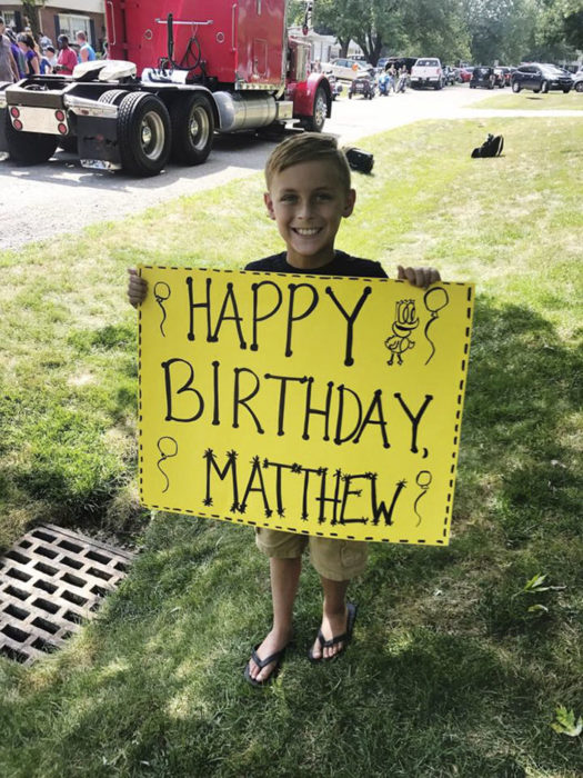 niño con pancarta de feliz cumpleaños