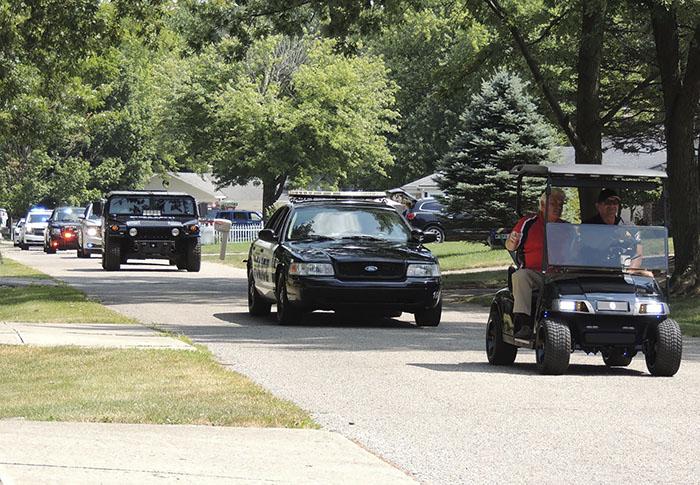 autos de policía desfilando