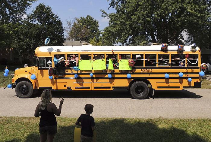 autobús escolar en desfile