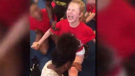 Chicas fueron forzadas a hacer un split