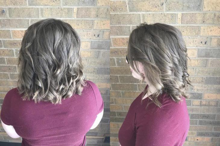 Chica mostrando su cabello rizado después de ir a la peluquería