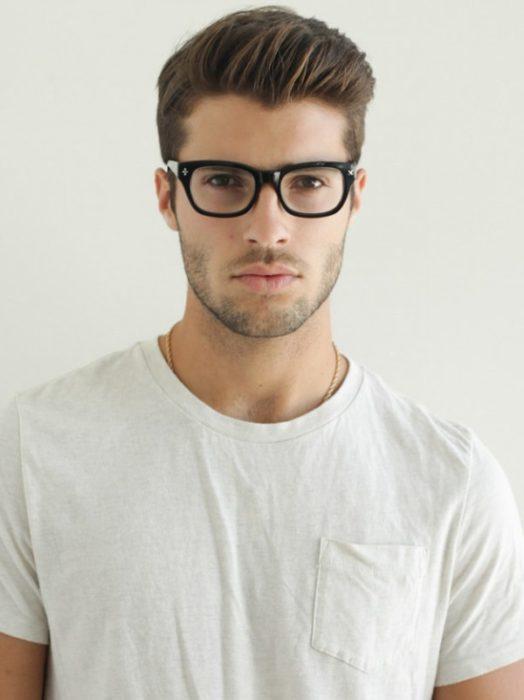 chico con camisa blanca