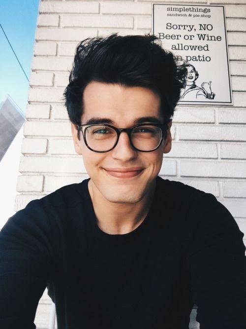 chico con sueter color negro y anteojos