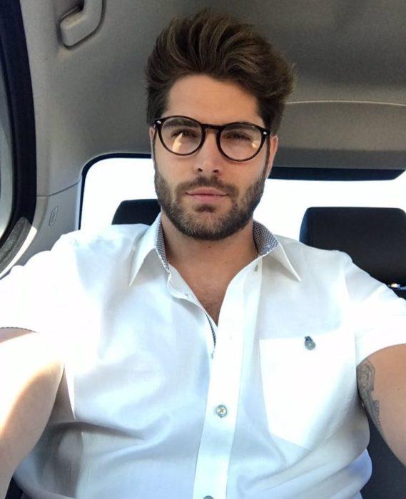 chico dentro de un automovil