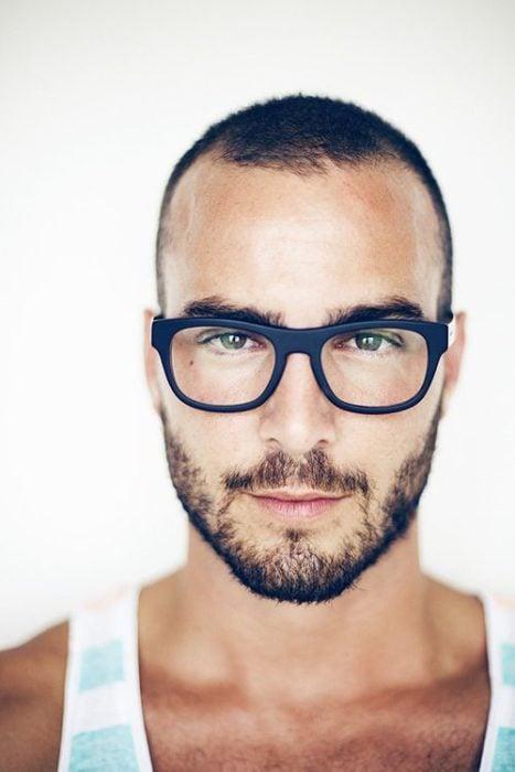 chico de ojos de color usando anteojos