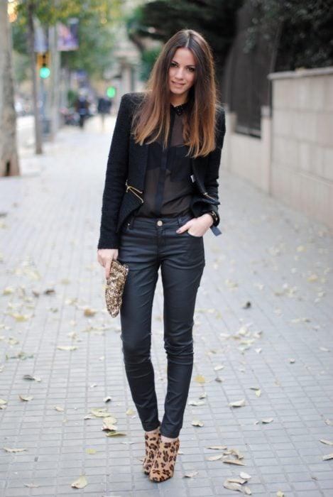 Chica usando botines de animal print