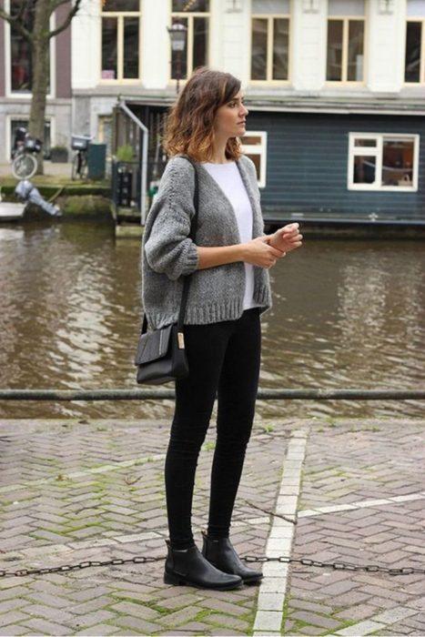 Chica usando botines tipo chelsea
