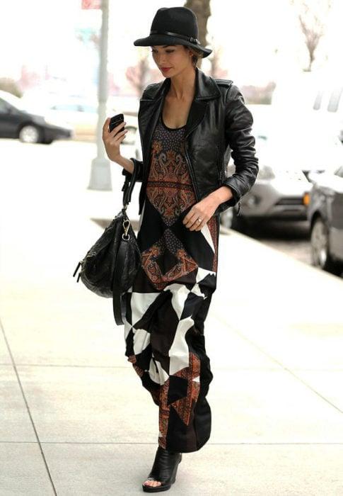 Gal Gadot usando un maxi vestido con botines