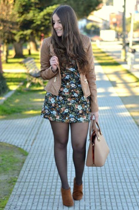 Chica usando botines color café