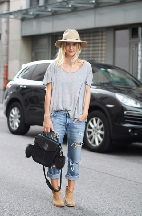 Chica usando jeans con botines