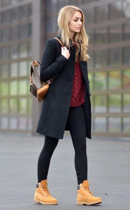 Chica usando botas semideportivas