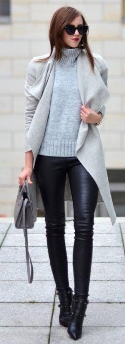 Chica usando leggings con sueter color gris