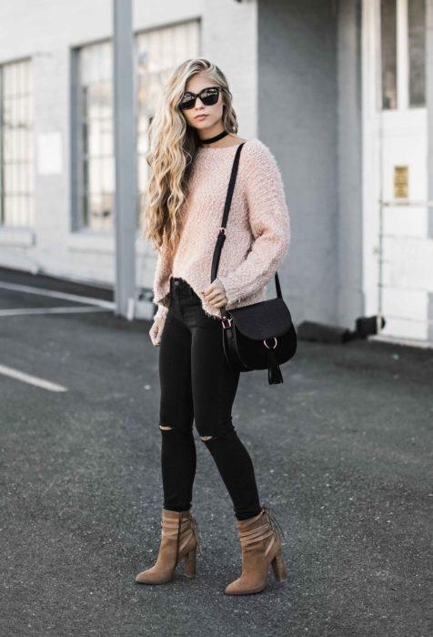 Chica usando botines con un súeter