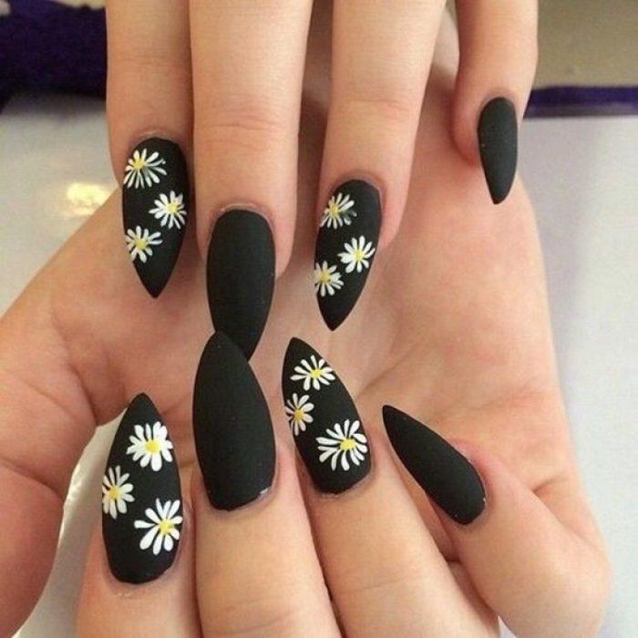 diseño de uñas color negro con flores